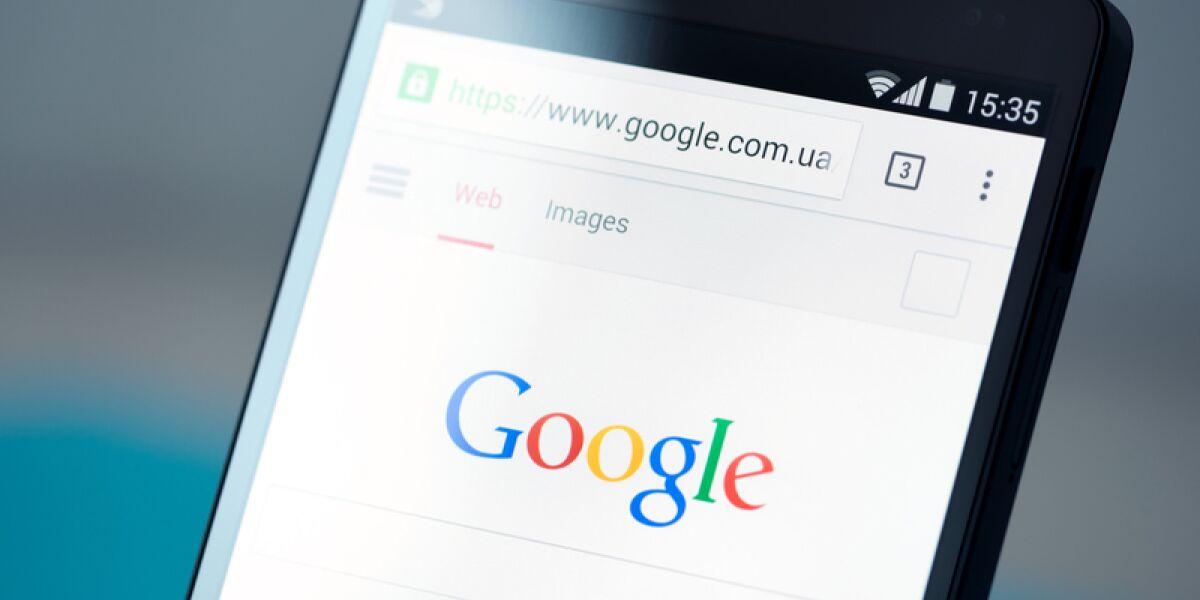Smartphone mit Webseite von Google