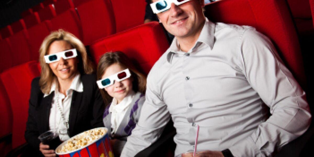 Mann, Frau und Kind im Kinosessel