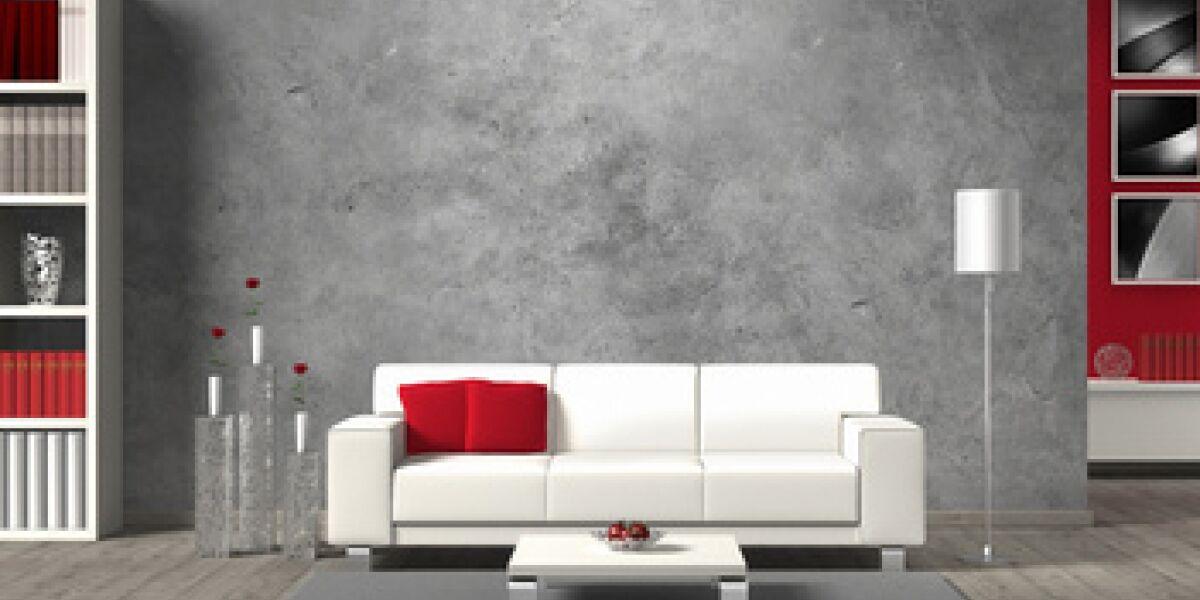 Weißes Sofa mit roten Kissen