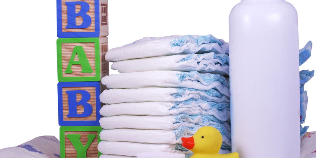 Babywindeln und Powder liegen auf einer Babydecke