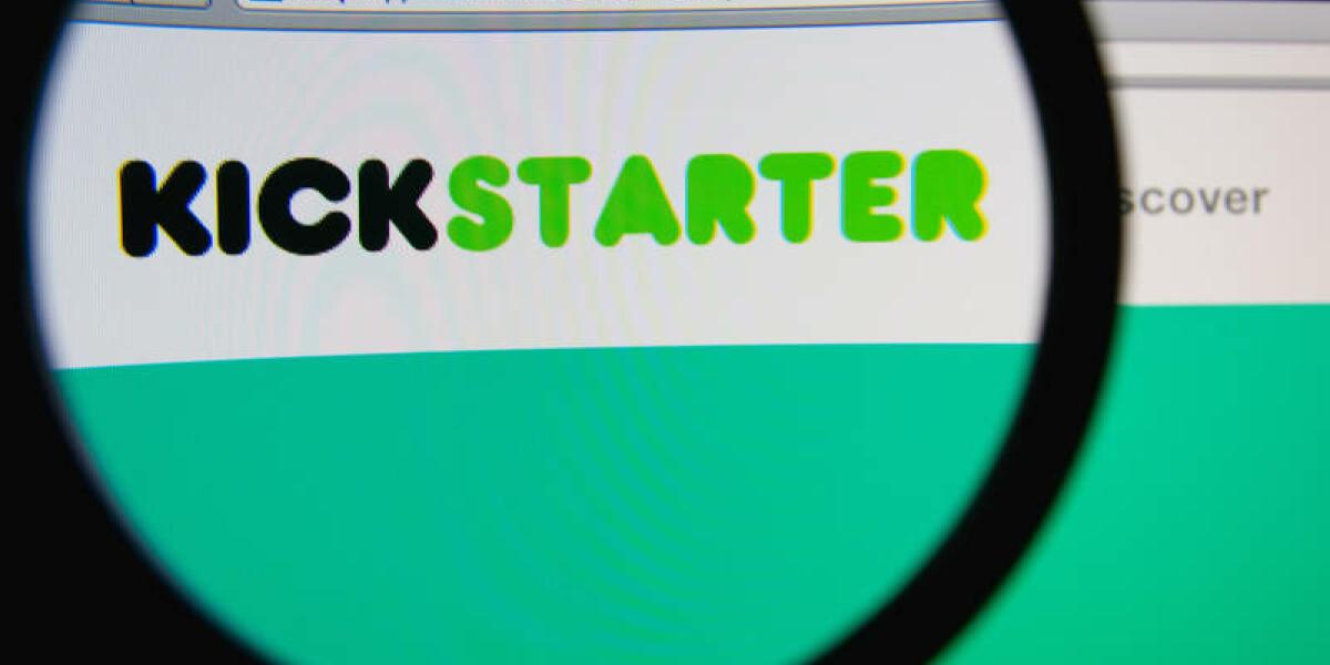 Webseite von Kickstarter durch eine Lupe
