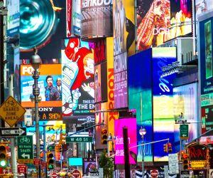 Dunkle Straße mit vielen leuchtenden Werbeanzeigen auf Bildschirmen