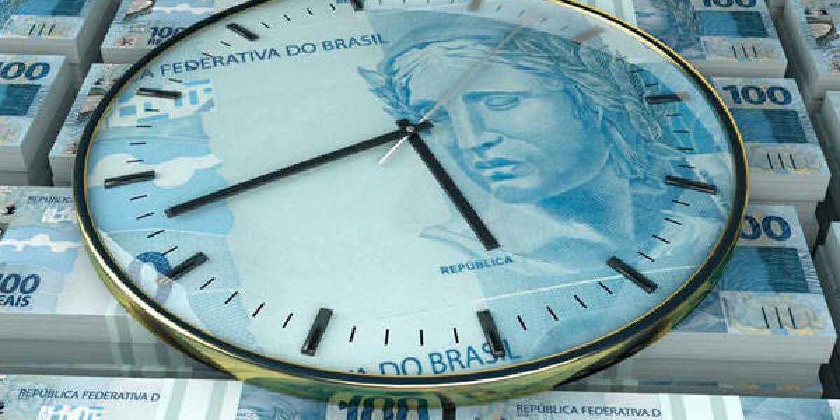 Uhr liegt auf Geldscheinen