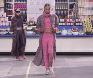 Model läuft bei einer Modenschau