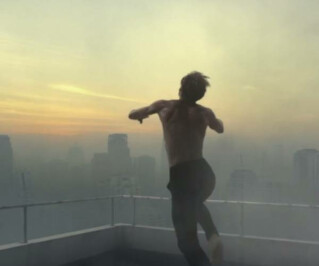 Mann springt von Hochhaus