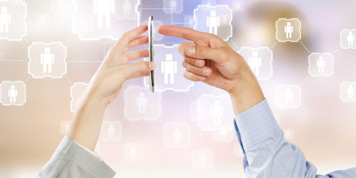 Hände berühren ein Smartphone