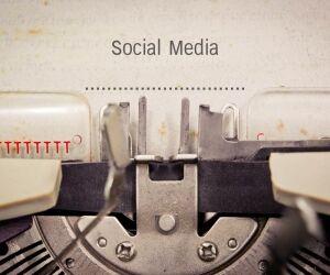 Social-Media-Abhandlung auf Schreibmaschine
