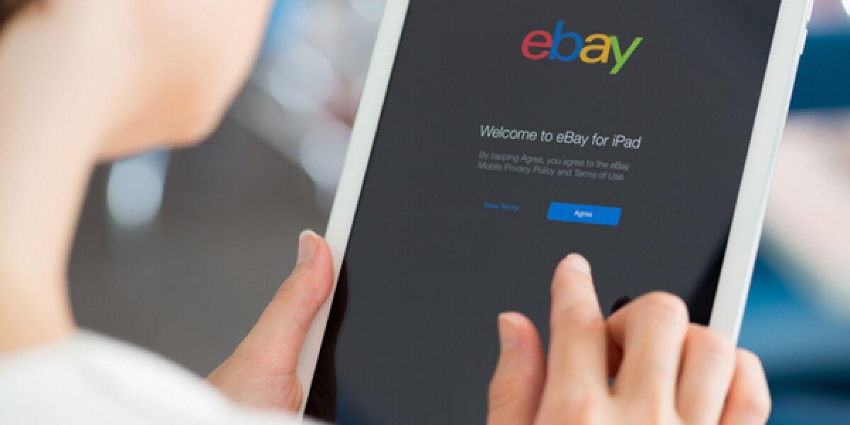Frau bedient Tablet mit Ebay-App