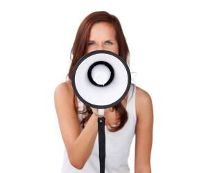 Frau mit Megafon oder Lautsprecher in der Hand