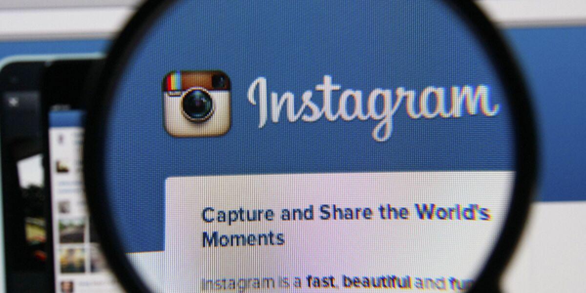 Instagramhomepage wird mit einer Lupe untersucht