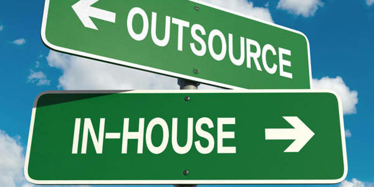 Zwei grüne Wegschilder mit jeweiliger Aufschrift: Outsource sowie In-House