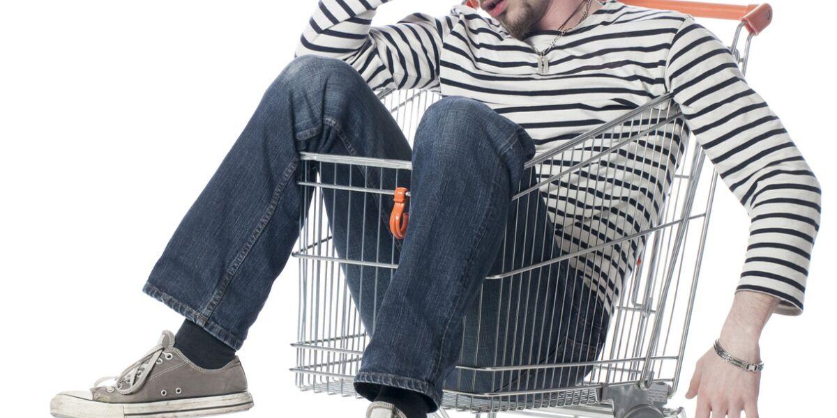 verzweifelter-Mann-im-Einkaufswagen