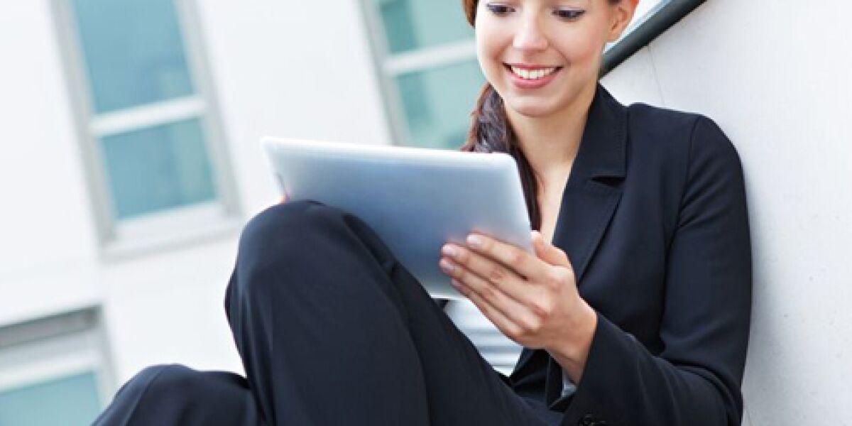 Business-Frau vor Tablet