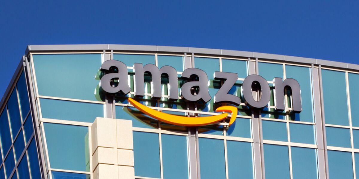 Amazon Logo auf einer gläsernen Wand
