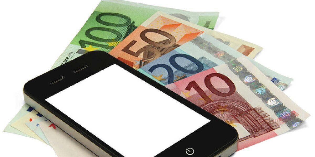 Smartphone und Geldscheine