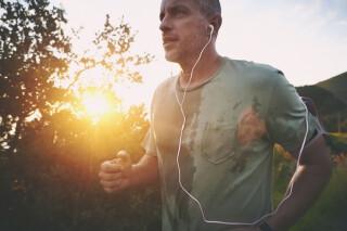 Mann joggt und hört dazu Musik