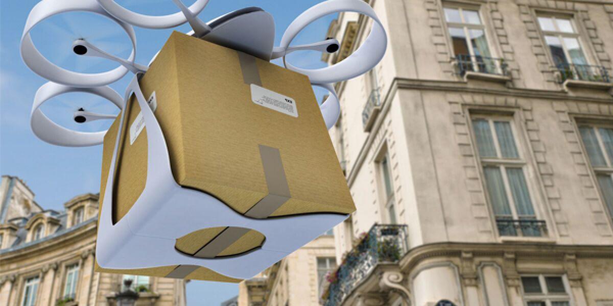 Drohne fliegt mit einem Paket