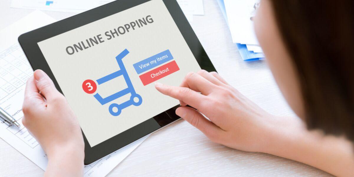 Frau vor tablet am shoppen