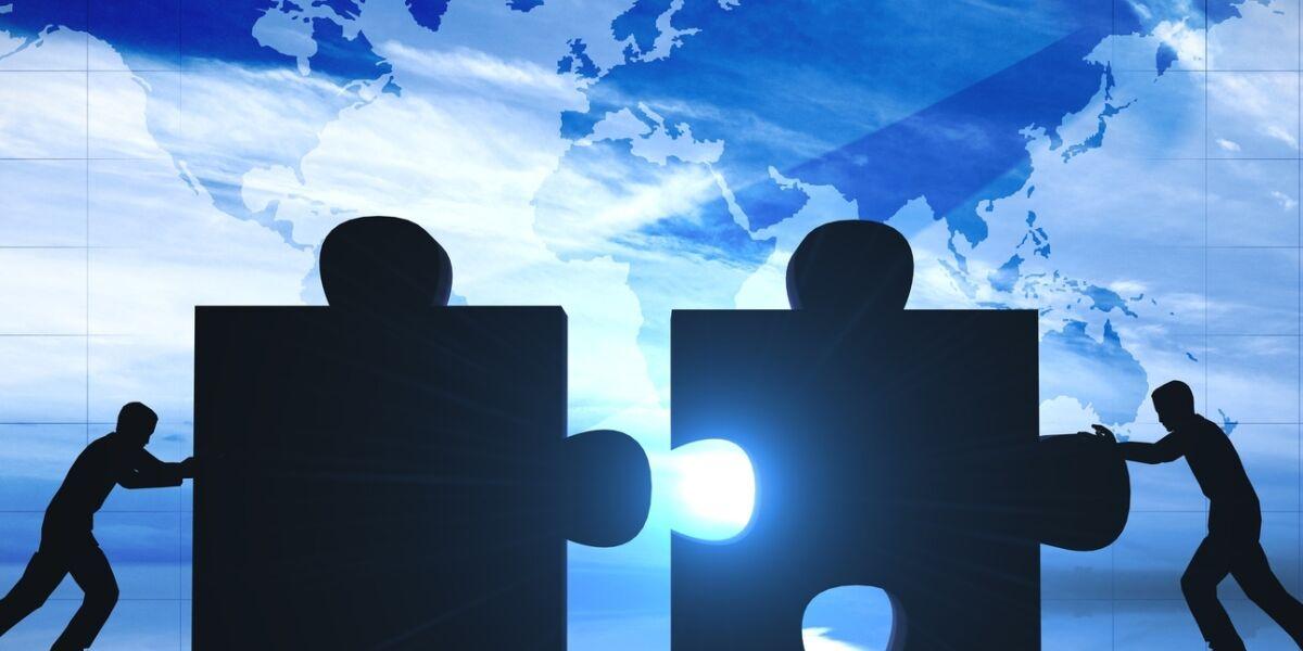 Puzzleteile zusammenfügen vor Weltkarte