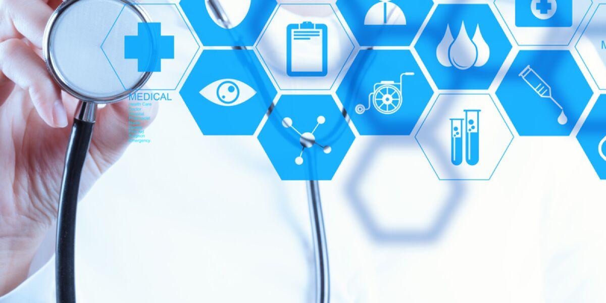 Arzt mit Stethoskop und Datensymbolen