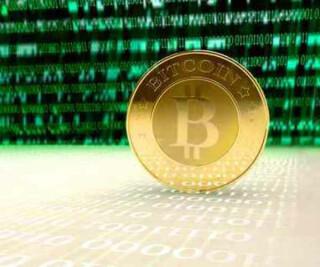 Bitcom mit Zahlen im Hintergrund