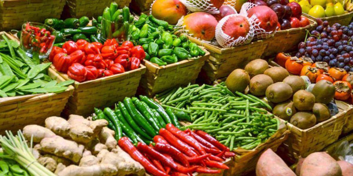 Marktplatz mit frischem Obst und Gemüse