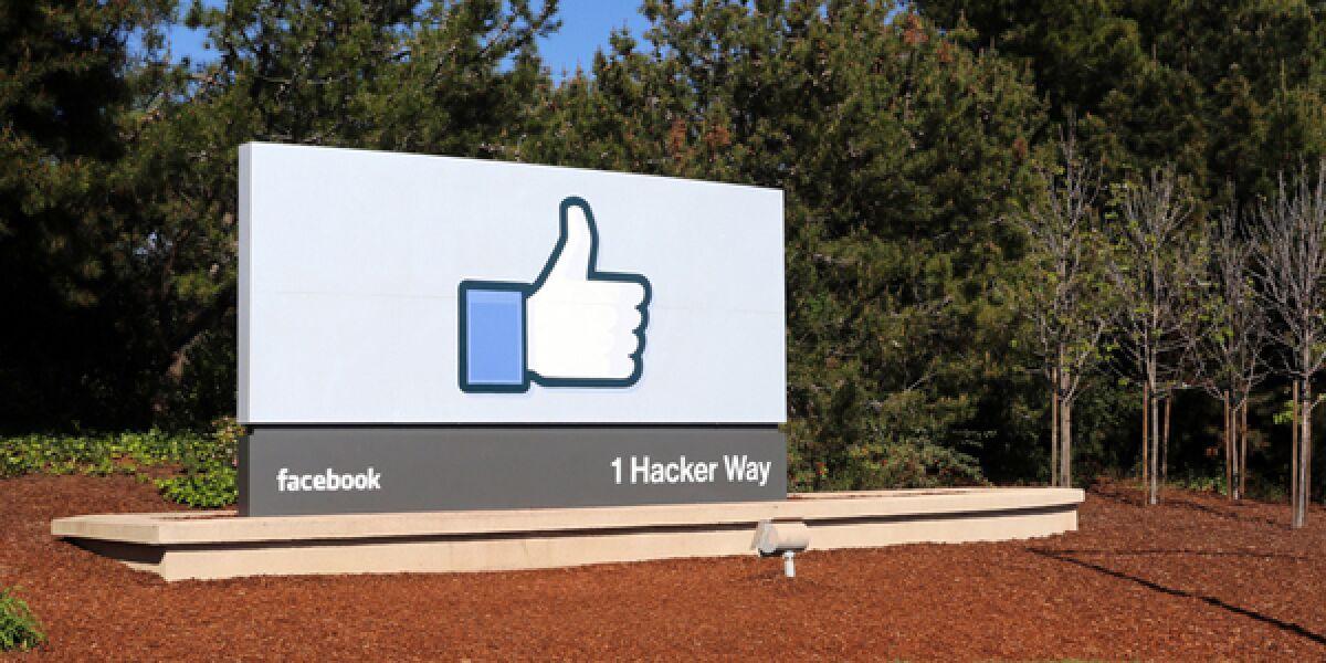 Facebook Dauem auf einem Schild