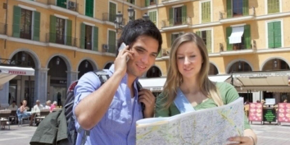 Mann telefoniert mit Handy auf Mallorca