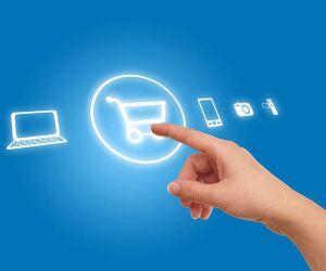 Finger tippt auf virtuelles Einkaufswagen-Symbol