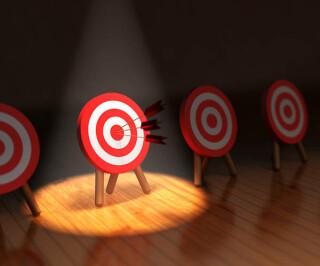 Pfeile auf beleuchtete Zielscheibe