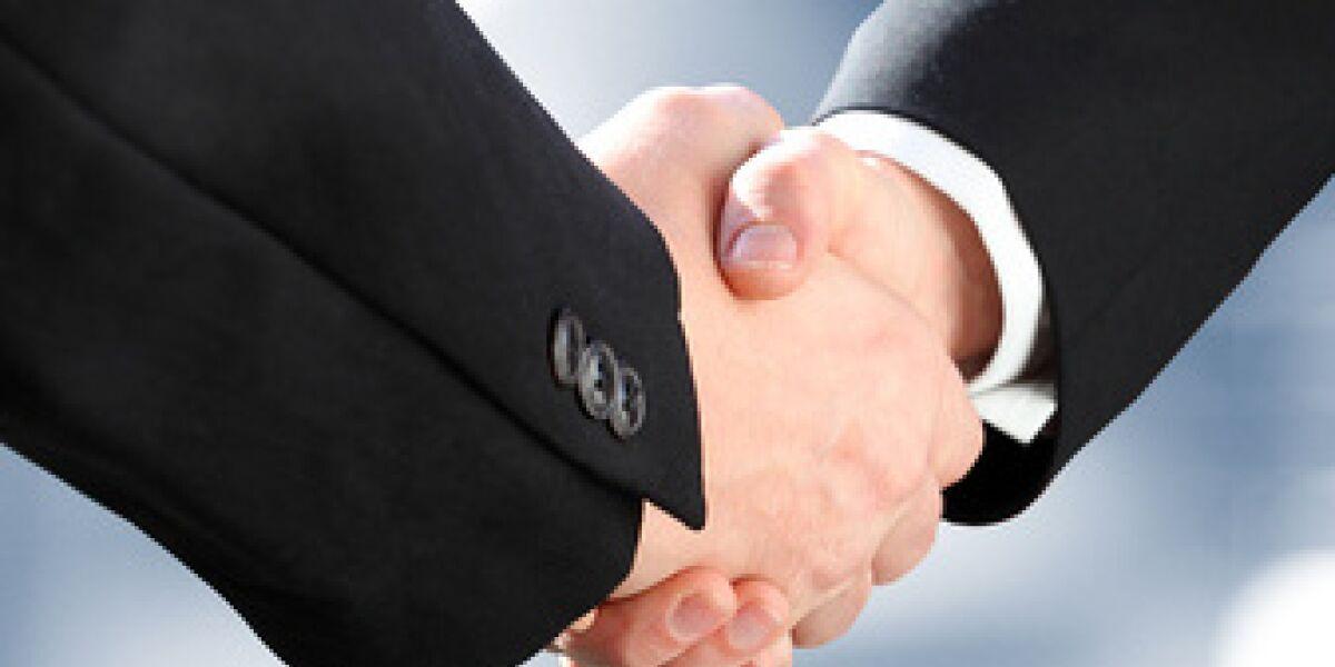 Zwei Männer geben sich die Hände