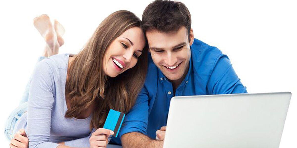 Mann und Frau vor Laptop beim Bezahlen