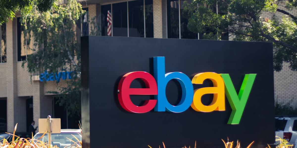 ebay Logo steht vor einem Gebäude