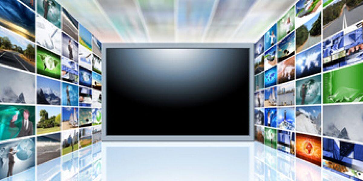 Bilder fließen in einen TV-Bildschirm