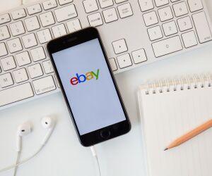 Schmartphone  mit eBay auf dem Display liegt auf Computertastatur