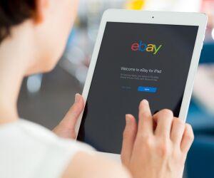 Frau surft auf eBay mit Tablet