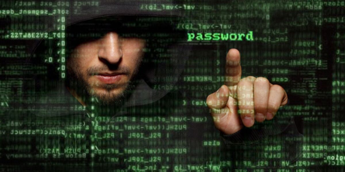 Cybercrime-mann-mit-Kapuze-hinter Zahlenmatrix