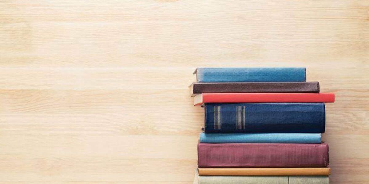 Bücher auf einem Stapel