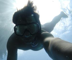 Mann unter Wasser macht ein Selfie