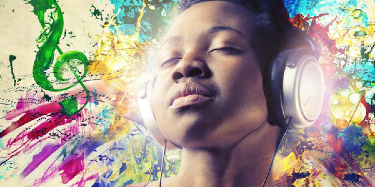 Frau hört Musik mit Kopfhörern