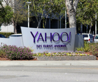 Yahoo-Logo steht auf einem Schild