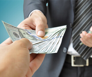 Investor überreicht Dollar-Scheine