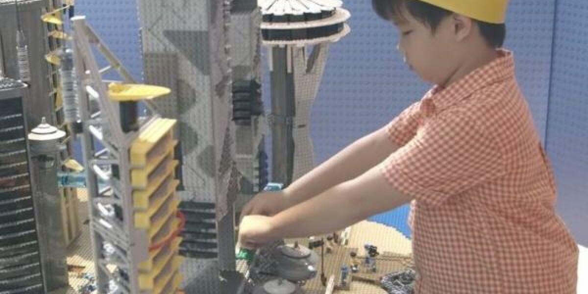 Junge spielt Lego