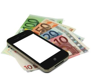 Smartphone liegt auf Euroscheinen