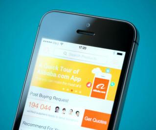 Smartphone mit Alibaba Website auf dem Display