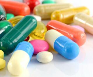 Bunte Tabletten auf einem Haufen
