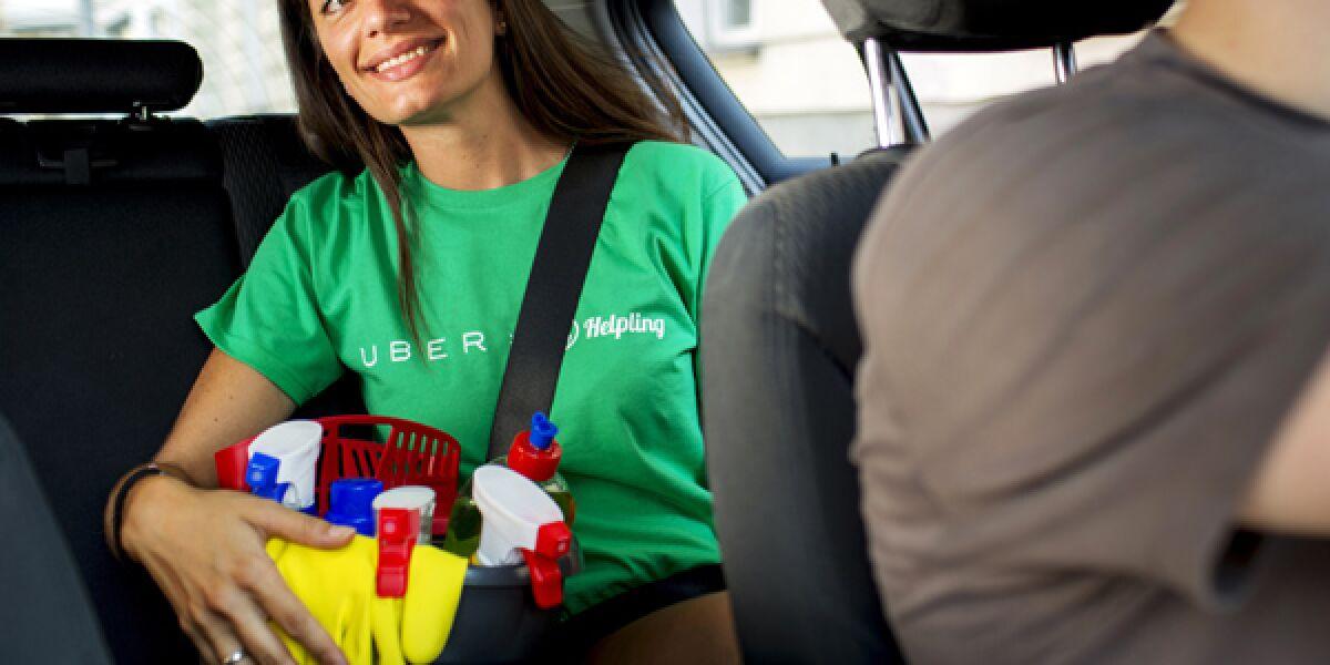 Uber-Fahrer fährt eine Helpling-Mitarbeiterin