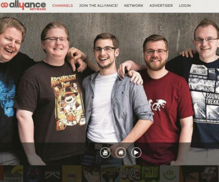 Fünf Männer blicken in die Kamera