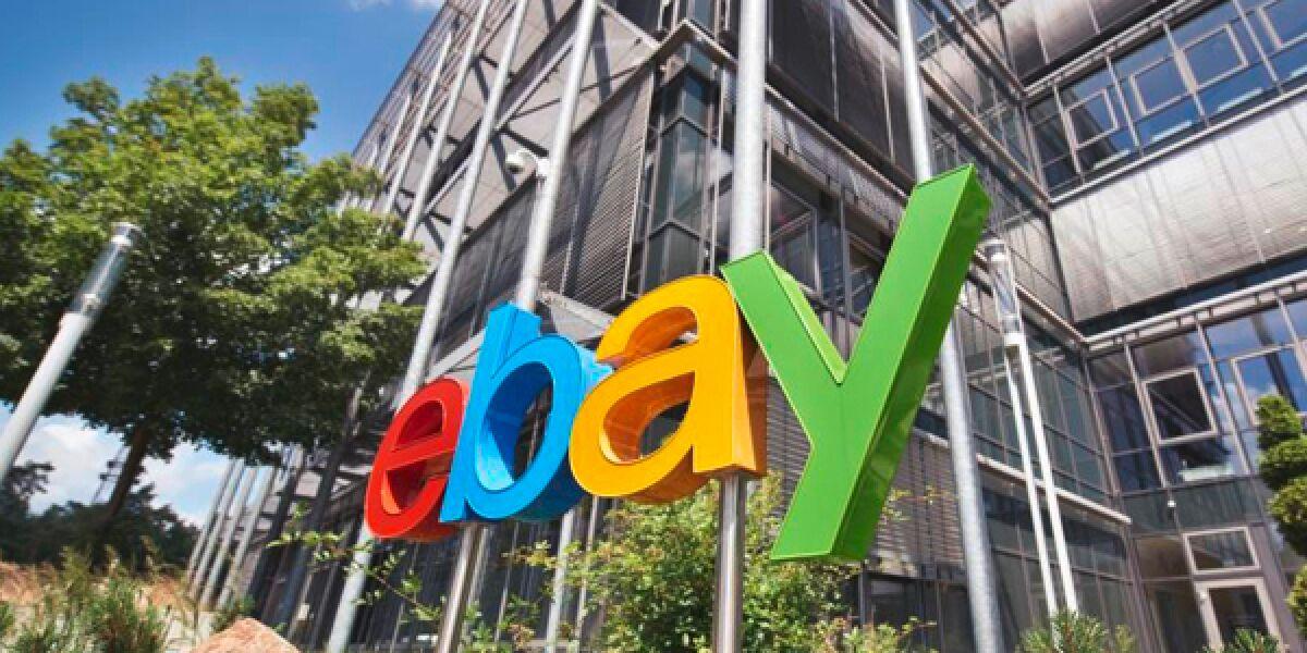 eBay Logo an einem Gebäude