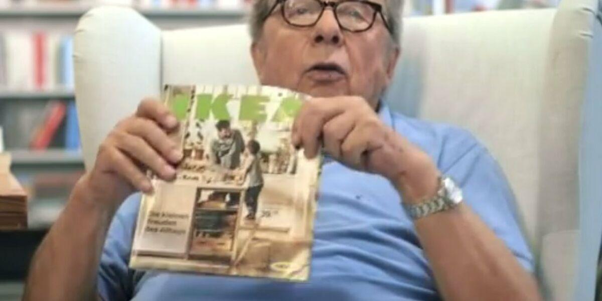 Hellmuth Karasek mit Ikea Katalog